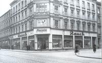 Das führende Schuhhaus Rauch überraschte die Kunden mit zahlreichen Dienstleistungen. Es gab eigene Abteilungen für Kinderschuhe und Strümpfe, eine Reparaturwerkstatt und einen Röntgenapparat zur Fußuntersuchung.   Fotografie Lünig um 1932